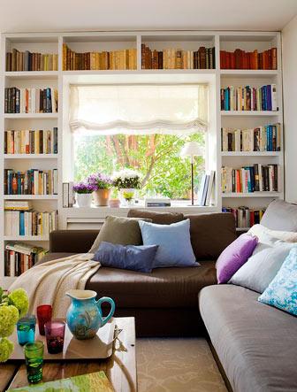 хранить книги на стеллаже